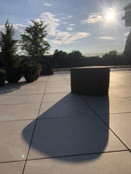Abendsonne gestaltete Terrasse