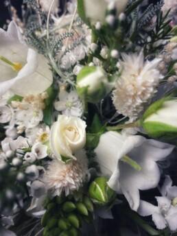 DER Brautstrauss - Detail Trockenblume, Campanula, Rose - in weiss