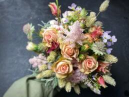 Nebenbrautstrauss mit Astilbe, Polyrose, Astrantia und Trockenblumen - lieblich rosa