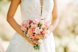 Braut mit Brautstrauss lachsfarbig