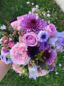 Brautstrauss in verschiedenen Violett-Tönen
