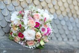 verträumter Sommer-Brautstrauss mit Spitze