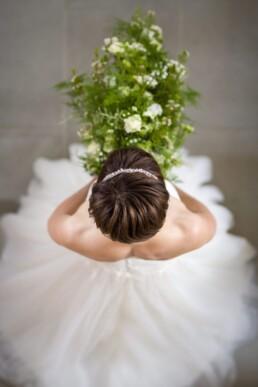 Braut mit weiss-grünem Wasserfall-Brautstrauss