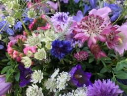 Blau-violetter Urnenkranz mit lieblicher Blumenauswahl