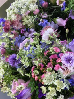 Urnenkränzli mit Kerbel, Kornblume, Astrantia und weiteren Blumen