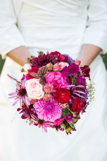 Braut mit Brautstrauss in diversen Rottönen