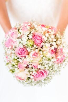 Brautstrauss mit wunderschönen Rosen und Schleierkraut