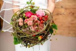 Aussergewöhnlicher Brautstrauss zum Thema Dorn. mit Rosen und dornigen Ranken