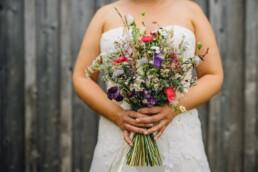 Braut mit wiesigem, natürlichem Brautstrauss