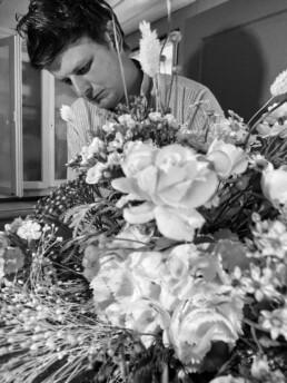 Walter beim Blumenbinden