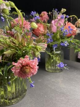 liebliche Blumendeko mit Scabiosa