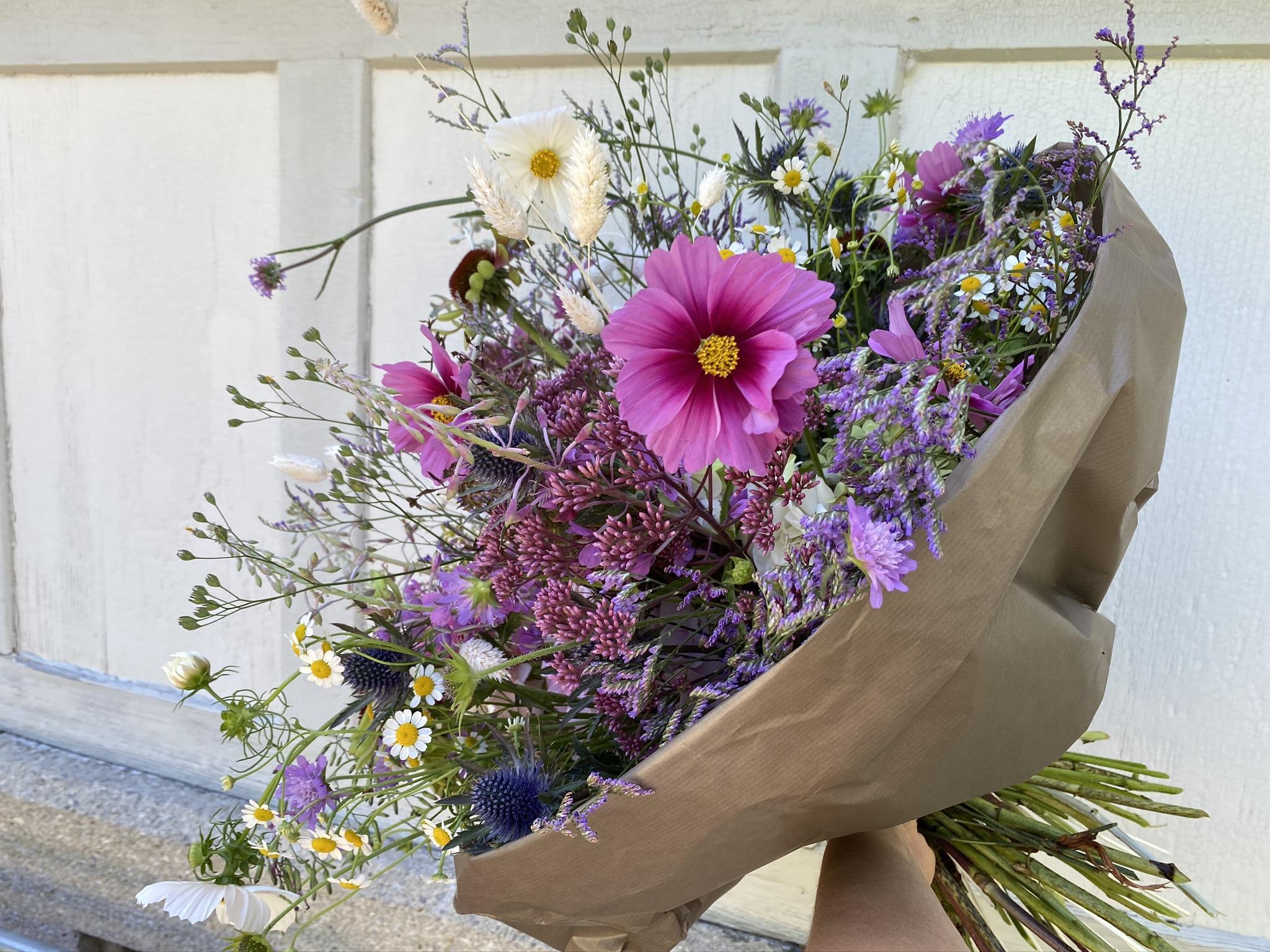 Sommerlicher Blumenstrauss in lila / weiss / blau Tönen
