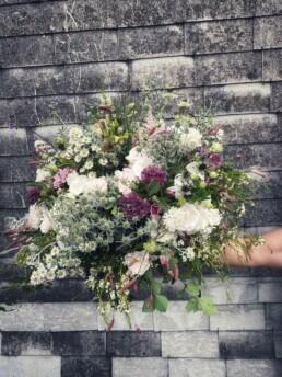 Blumenstrauss in weiss, rosa und violetten Akzenten