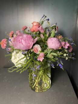 grosse Vasenfüllung mit Pfingstrosen, Rosen und Campanula