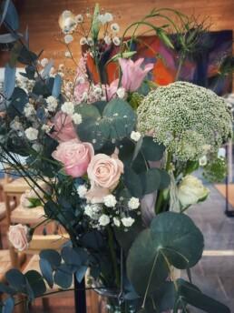Blumenfüllung Metallständer Kirche
