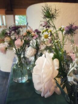 wunderschöne Sommerblumen in den Farben weiss, lachs und rosa