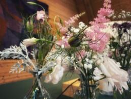 Blumenvasenfüllung auf Altar