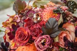 Detail von wunderschönem Brautstrauss in rot-Tönen