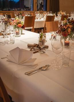 Tischdekoration Hochzeitsfest in den Farben braun, Kupfer rot