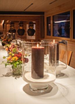 im Kerzenschein, braune Kerze mit blumiger Gestaltung