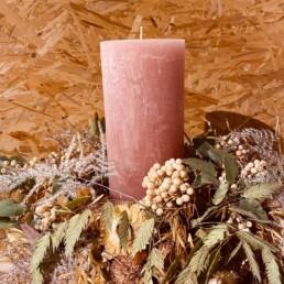 Kerze mit Kranz und Teller