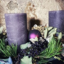 Detail Kerze Lavendel mit Kugel