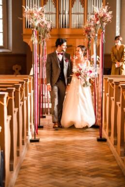 Brautpaar zieht aus Kirche aus