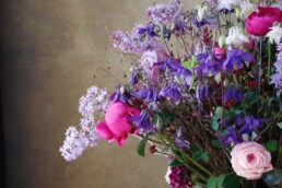 Frühlingsstrauss mit Akelei, Rossen und natürlichen Akzenten