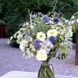 Blumenstrauss mit Margeriten und Disteln