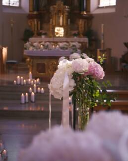 Blumendeko in Kirche