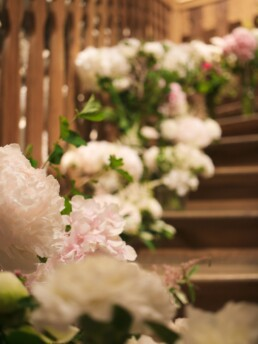 Blumenmeer der Treppe entlang
