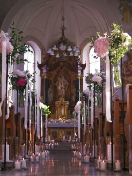 Blumen in Kirche