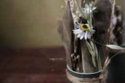 Trockenblume mit Gräsli im Detail