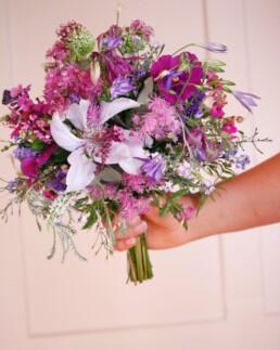 Brautstrauss in wundervollen Blau/lila-Tönen