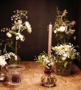 verschiede Vasen und Kerzen