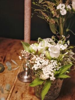 grosse Blumenvase mit wiesiger Blumenfüllung
