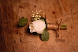 Anstecker im Detail mit Rose und Eucalyptus