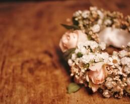 Armband mit Rosen und Schleierkraut