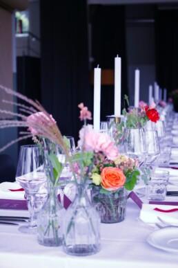 Tischdekoration mit Kerzenständer und Blumen