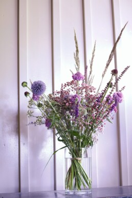 Blumenstrauss in blau, lila Tönen