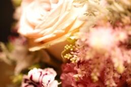 Detail einer Rose mit Astilbe