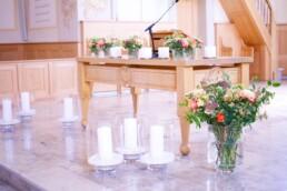 Kerzenschein und Blumen
