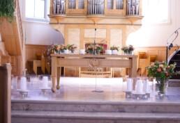 Altar mit Blumen und Kernen